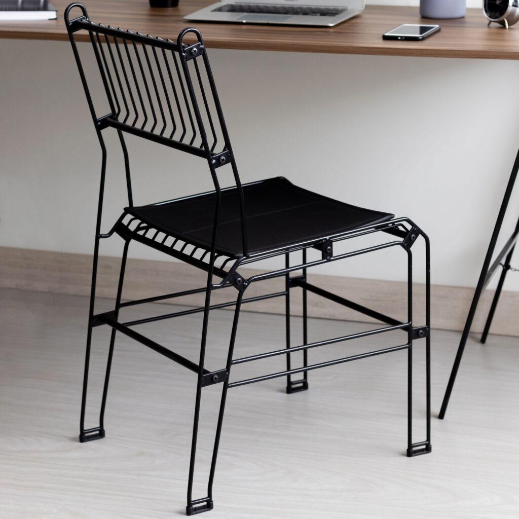 Cadeira decorativa aramada Niva com assento de couro ecológico