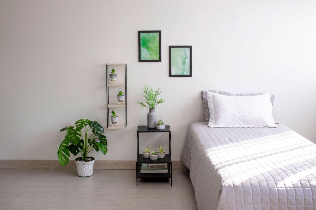 Quarto com decoração de plantas