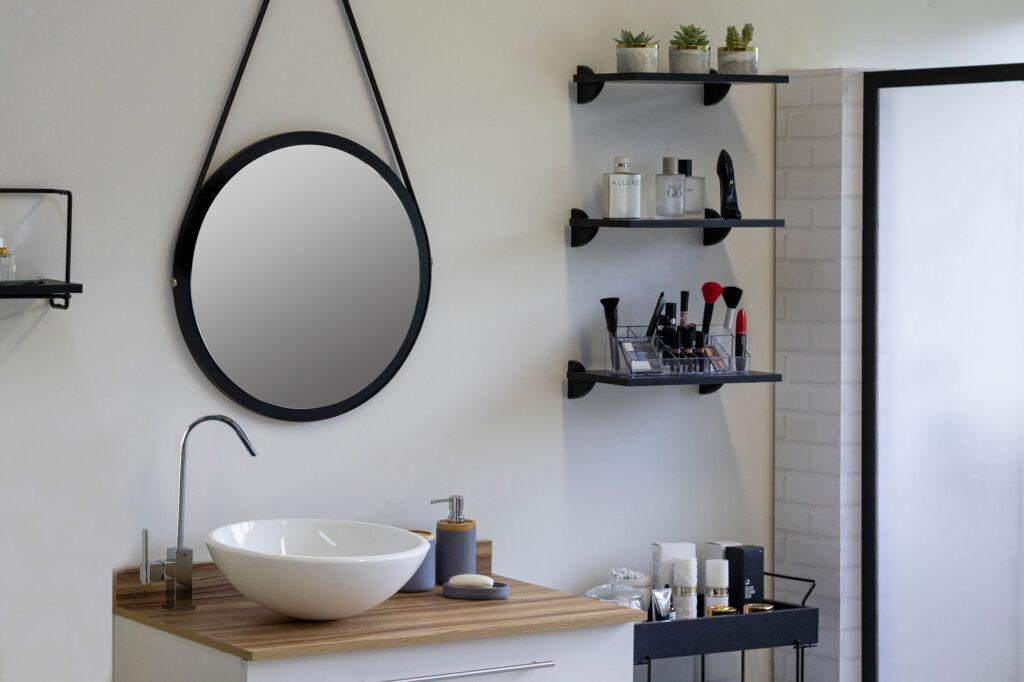 Prateleiras e móveis multifuncionais para organização de banheiro