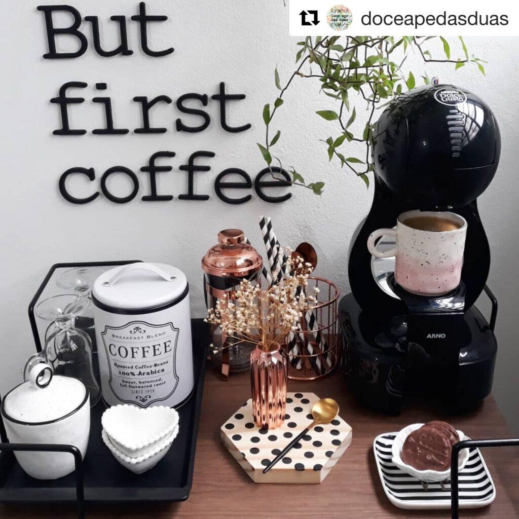 Cantinho do café com produtos aramados para organizar