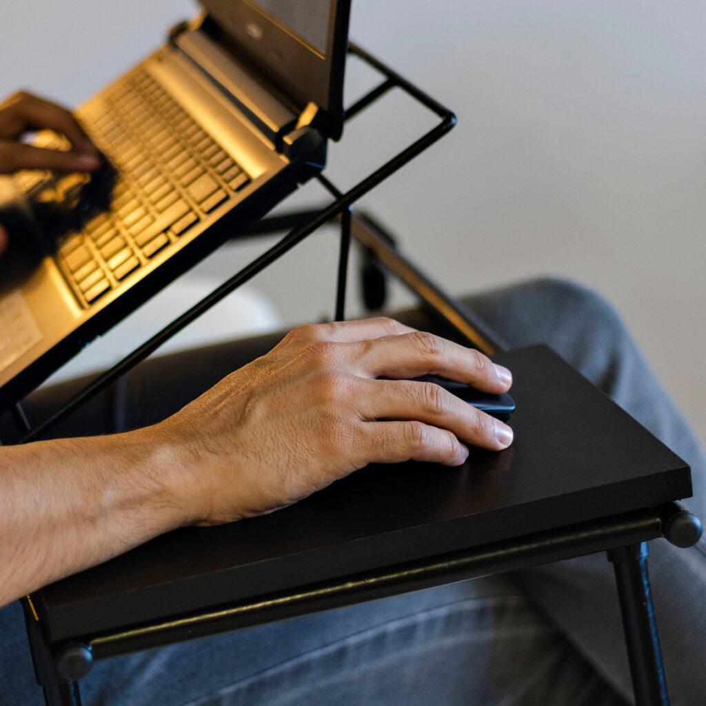 Mesa de Colo Dobrável para Notebook Aramado com Madeira