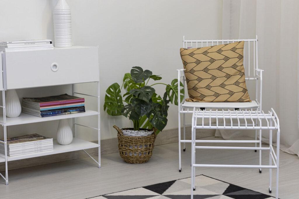 Poltrona decorativa aramada Niva com assento de couro ecológico